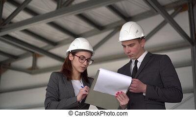 homme, jeune, site., conclure, femme, documents, signé, construction, agreement., hommes affaires, documents., casques, procès
