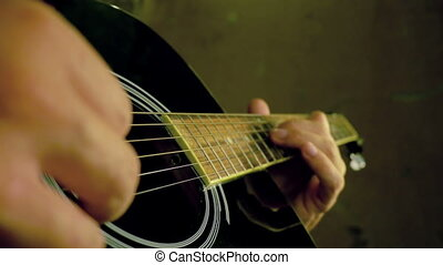 homme joue guitare, grand plan