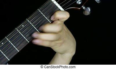 homme joue guitare