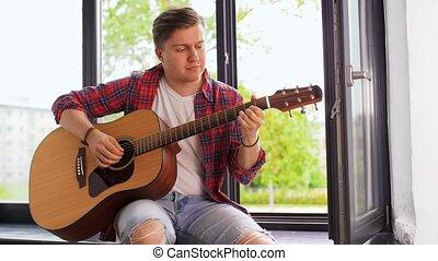homme, jouer, jeune, rebord fenêtre, séance, guitare
