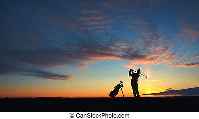 homme, joueur golf, succès, balle, à, air, silhouetted