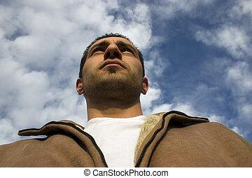 homme lève yeux, à, les, nuages, sur, les, fond