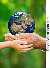 homme, la terre, enfant, tenant mains