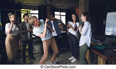 homme, lent, avoir, bureau, danse, gens, concept., travail, jeune, fetes, mouvement, music., sien, collègues, amusement, fête, heureux, joyeux, boissons