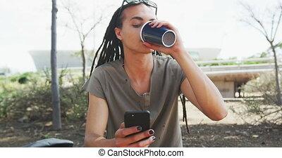 homme, mélangé, boire, course, café