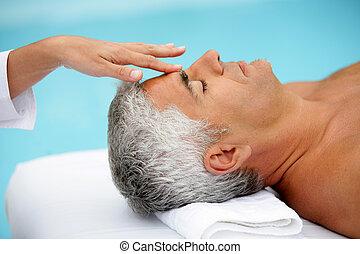 homme mûr, massage facial, avoir