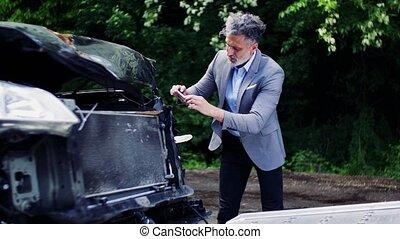 homme mûr, prendre photos, de, a, cassé, voiture, après, une, accident.