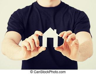 homme, maison, papier, tenant mains