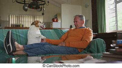 homme, maison, personne agee, jouer, chien, sien