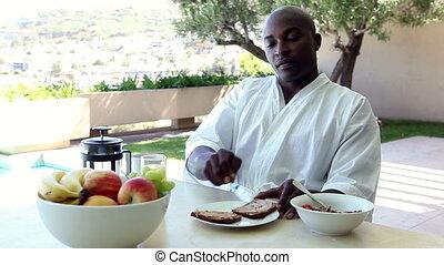 homme, manger petit déjeuner, dehors