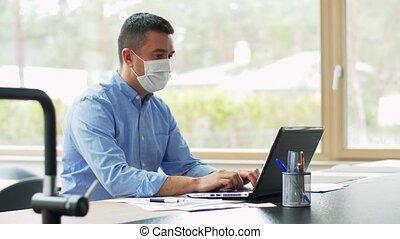 homme, masque, bureau, ordinateur portable, fonctionnement, ...