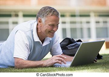 homme, mensonge, sur, pelouse, de, école, à, ordinateur portable