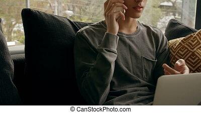 homme, mobile, ordinateur portable, utilisation, conversation, quoique, maison, 4k, téléphone