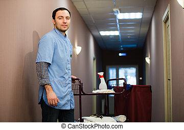 homme, nettoyage, hôtel, salle, porter, manteau bleu