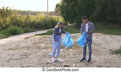homme, nettoyage, parc, plage, femme, lake., gants, porter