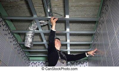 homme, nouveau, plafond, attacher, construction, maître, maison, aluminium, profils, salle bains