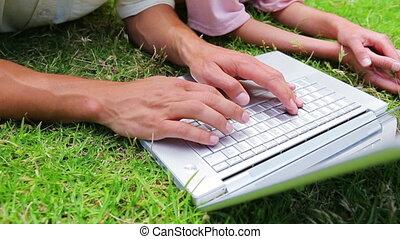 homme, ordinateur portable, dactylographie