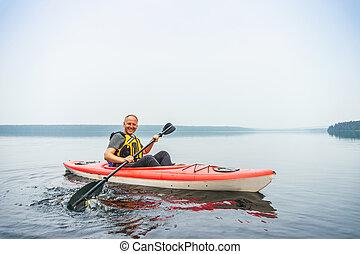 homme, pagayer, dans, kayak, sur, a, calme, brumeux, lac
