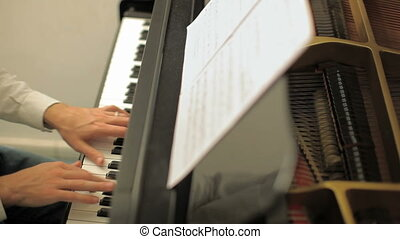 homme, piano jouant