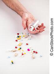 homme, pilules, multi-coloré, main
