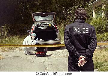 homme police, et, technicien, explorer, voiture abandonnée