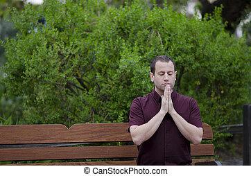 homme, prier, sur, a, banc, à, sien, mains, ensemble.
