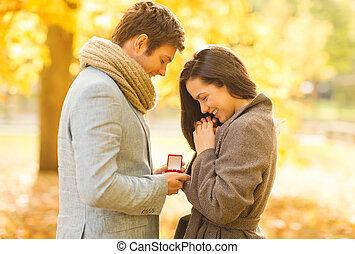 homme propose, à, a, femme, dans, les, automne, parc