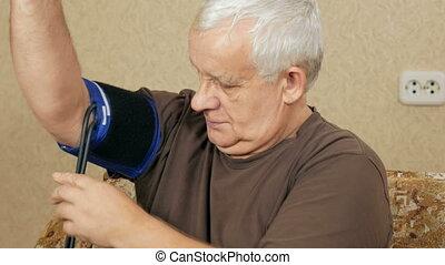 homme, propre, pression, mesures, excès poids, vieilli, pouls, sphygmomanometer, leur, par, couch., maison, écoute, il