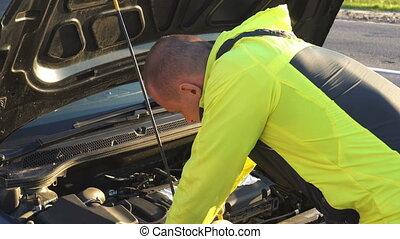 homme, réparation, sous, capuchon, voiture