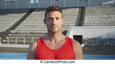 homme, regarder, athlète, caucasien, appareil photo