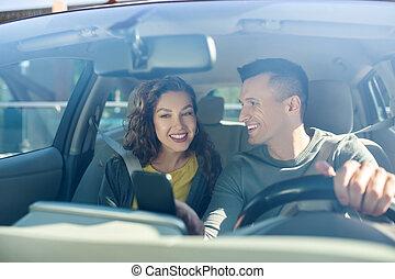 homme, regarder, femme voiture, séance, deux