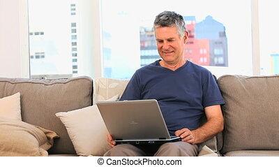 homme, regarder, ordinateur portable, mûrir, sien