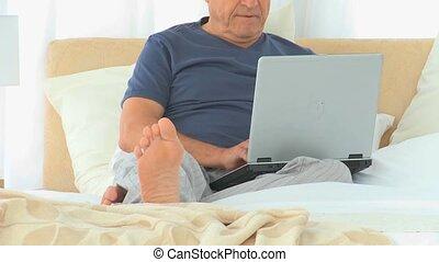 homme, retiré, fonctionnement, ordinateur portable