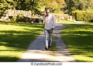 homme, séduisant, marche