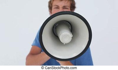 homme, sérieux, cris, porte voix