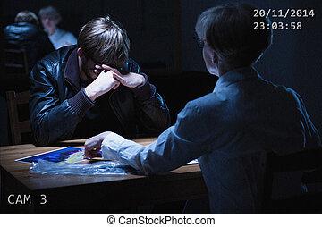 homme, salle, interrogation, cassé