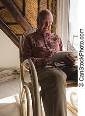 homme, salle, ordinateur portable, utilisation, vivant, personne agee