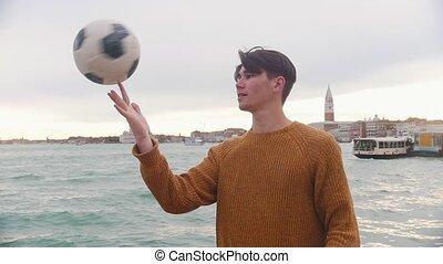 homme, sien, jeune, rotation, balle, doigt, fond, stand, jouer, sea.