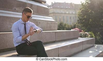 homme, sien, jeune, smartwatch, travaux
