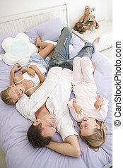 homme, situer dans lit, à, deux, jeunes filles, sourire