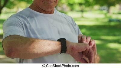 homme, smartwatch, quoique, utilisation, parc, personne agee...