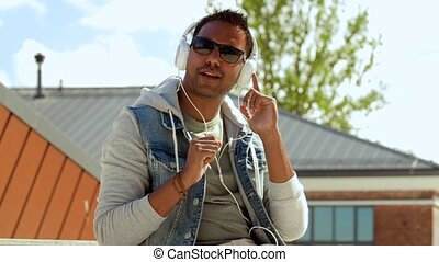 homme, sommet, smartphone, toit, écouteurs