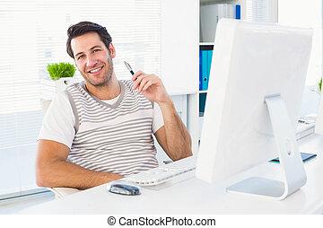 homme souriant, à, informatique, dans, bureau