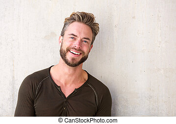 homme souriant, beau, barbe