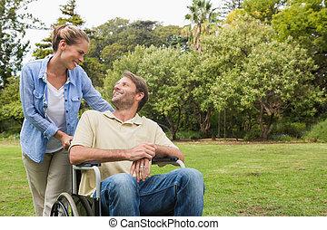 fauteuil roulant lui c t de associ sourire. Black Bedroom Furniture Sets. Home Design Ideas