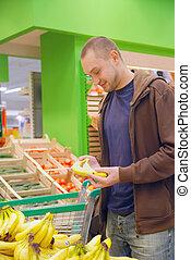 homme souriant, dans, supermarché