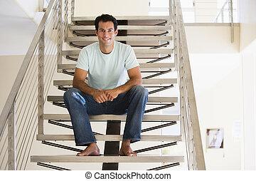 homme souriant, escalier, séance