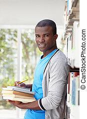 homme souriant, jeune, bibliothèque, africaine