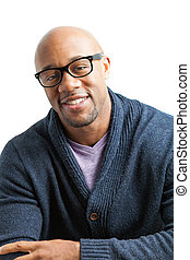homme souriant, portant lunettes
