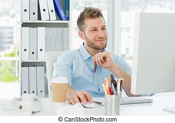 homme souriant, travailler, sien, bureau